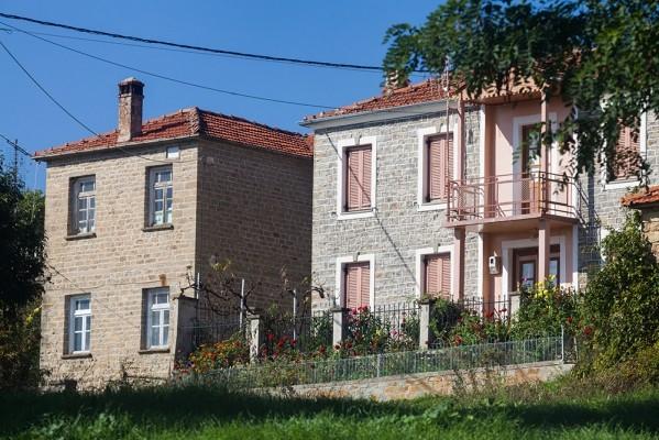 Μόρφη, λουλούδια και πέτρινα σπίτια
