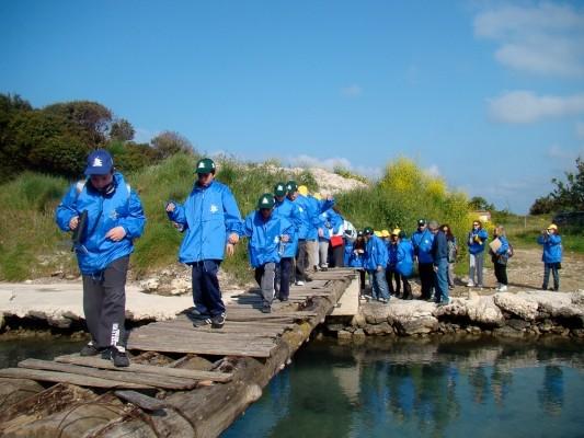 Η περιβαλλοντική εκδρομή με το ΚΠΕ Κέρκυρας. Τα παιδιά των σχολείων στο ξύλινο γεφυράκι του Τάγιου