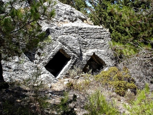 Μνημειακός λαξευτός τάφος.