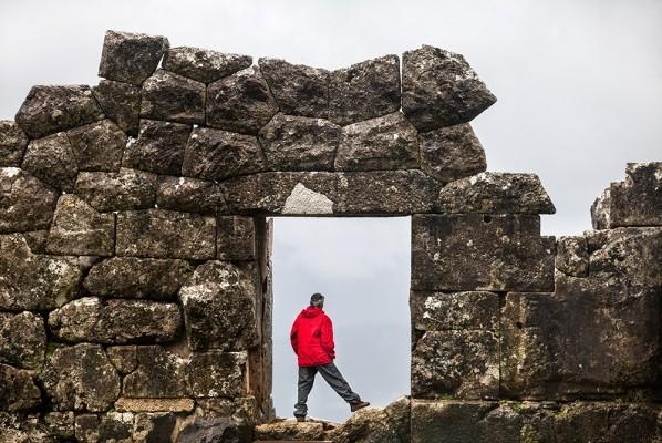 Μνημειακή πύλη στον αρχαιολογικό χώρο της Ελέας