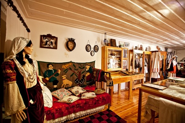 Στο Αρχοντικό του Κωνσταντή Σπύλιου Πετρούλια στεγάζεται το θαυμάσιο Λαογραφικό Μουσείο Φενεού.