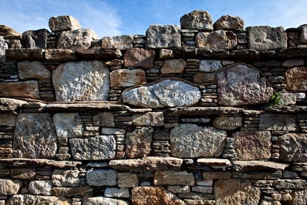 Λεπτομέρεια από τμήμα του τείχους αριστερά του κυκλικού πύργου, με τοιχοποιΐα κατά την αιγυπτιάζουσα δόμηση.