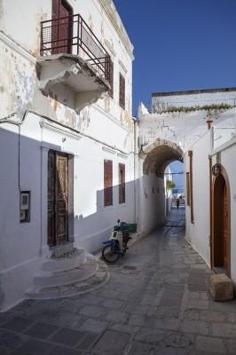 Χαρακτηριστικό στενό του παραδοσιακού οικισμού.