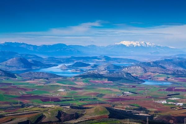 Ο Βοιωτικός κάμπος, λίμνη Υλίκη και χιονισμένος Παρνασσός.
