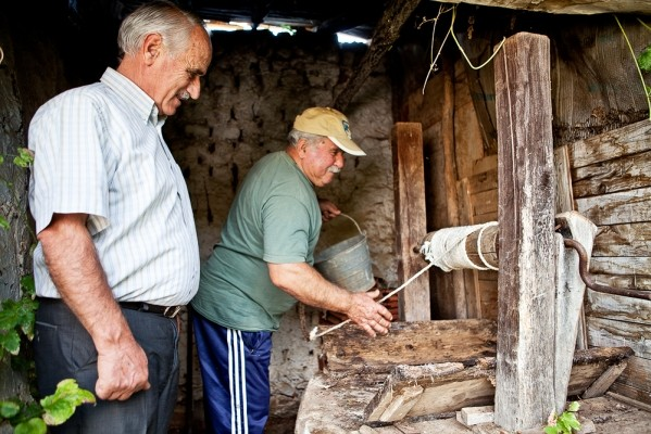 Ο Χαράλαμπος Μπίσκας κι ο Βασίλης Χρηστίδης σ' ένα πηγάδι του Γάβρου.