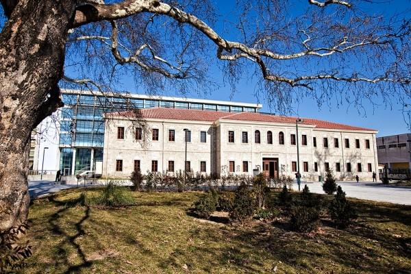 Το παλιό πετρόχτιστο Δικαστικό Μέγαρο Τρικάλων και το νέο Δικαστικό Μέγαρο, κατασκευασμένο από γυαλί.