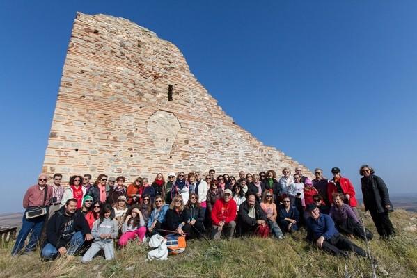 Οι Έλληνες Περιηγητές μπροστά στον Πύργο του Γυναικόκαστρου