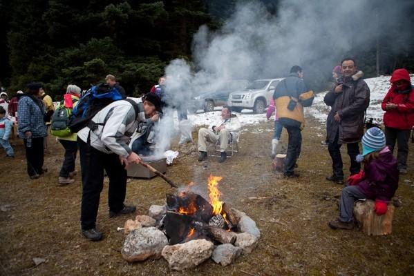Φωτιές και γαργαλιστικές τσίκνες μας υποδέχονται μετά την πεζοπορία στο μονοπάτι.