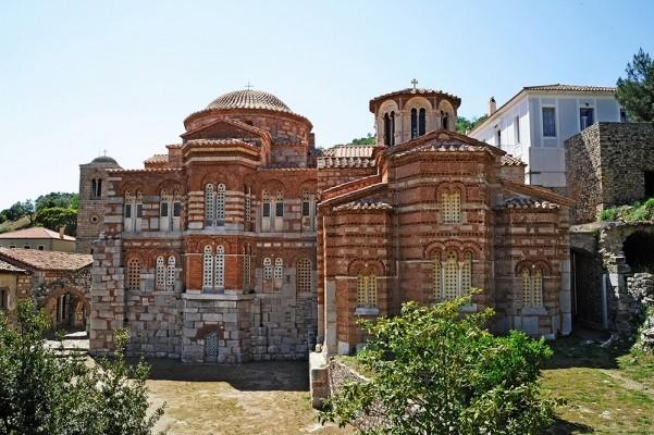 Το Καθολικό και σε επαφή χτισμένος ο ναός της Παναγίας.