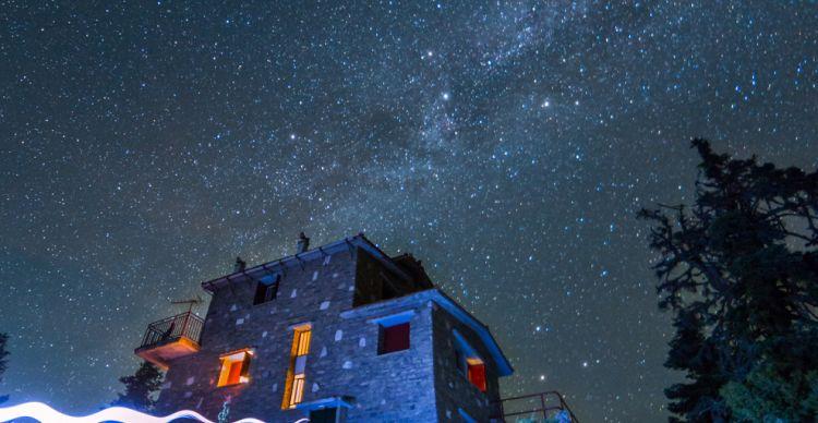 Αστροφωτογραφίζοντας τoν λαμπρό αστέρα Bέγα με τη συνοδεία των αστερισμών της Λύρας και του Κύκνου.